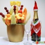 Vánoční přání je originální ovocná kytice, která nesmí chybět na žádné stylové oslavě Nového roku, narozenin či svátku. Vršek této kytice ozdobíme vámi vybraným číslem či jménem vyřezaným z ananasu. Stačí při objednávání této kytice do komentu k objednávce napsat vámi požadované jméno či číslo (maximálně však 5 písmen/číslic). Čísla či jména jsou v ceně kytice. Objednejte si tuto jedlou kytici na váš vánoční večírek či jinou významnou událost.