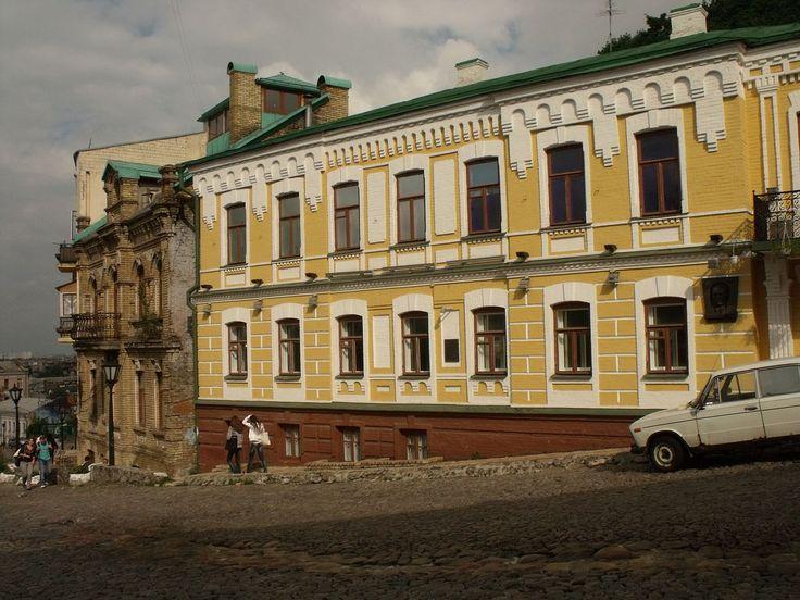 https://ru.wikipedia.org/wiki/Булгаков,_Михаил_Афанасьевич. Дом в Киеве, в котором в 1906—1922 гг. жил Булгаков.