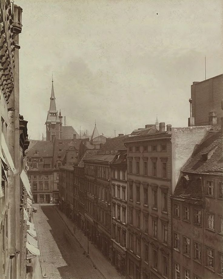 1892 , ul.Krupnicza. Zdaje się, że to zdjęcie jest z lat 70 albo 80 XIX wieku. Te domy na zdjęciu powinny obecnie istnieć, z wyjątkiem tego przed budynkiem Biblioteki.