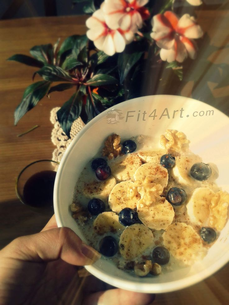 A good breakfast must contain foods high in complex carbohydrates. Oats is a good example of complex carbohydrate since the body slowly absorbs it. For this reason, it is recommended when you want to lose weight.