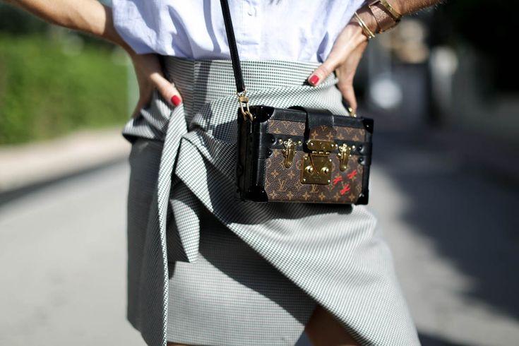 camisa-oversize-zara-louis-vuitton-mini-skirt-boots-botines-denia-look-bartabac-outfit-moda-blogger-11