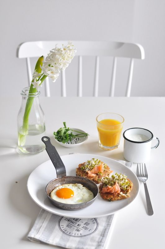Witamy wiosnę! Placuszki z kaszy gryczanej, z fetą, ziołami i wędzonym łososiem.   Make Life Easier