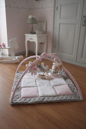 """Idéal pour l'éveil des petits, ce tapis d'éveil """"home-made"""" fait le bonheur de ma fille ! Pour ce modèle, des couleurs très douces, rose pastel et gris, et des matières parf - 17127833"""
