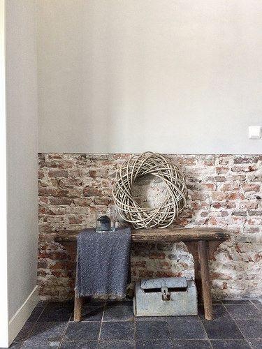 Muur met half schoonmetselwerk, houten bankje
