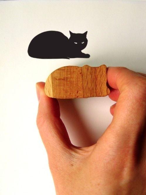 厚手のゴムシートを切り出すだけのキュートな黒猫のスタンプも簡単にハンドメイドできます。