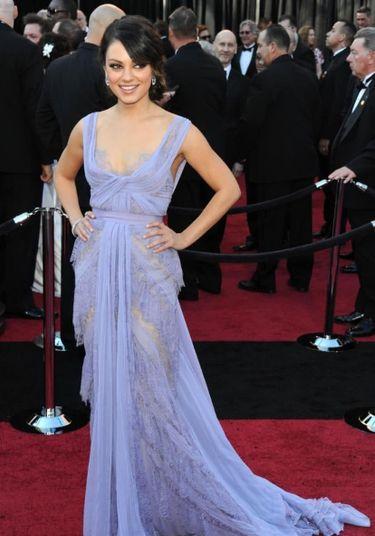 Indicada por Cisne Negro, Mila Kunis escolheu um vestido cor de lavanda e rendas de Elie Saab para sua participação no Oscar 2011