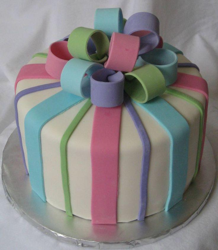 Gâteau décorer avec des rubans de couleurs!