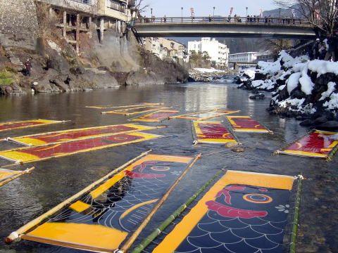 「寒ざらし」という方法で五月に使う鯉のぼりを冷たい川にさらすことで色が鮮やかになるそう