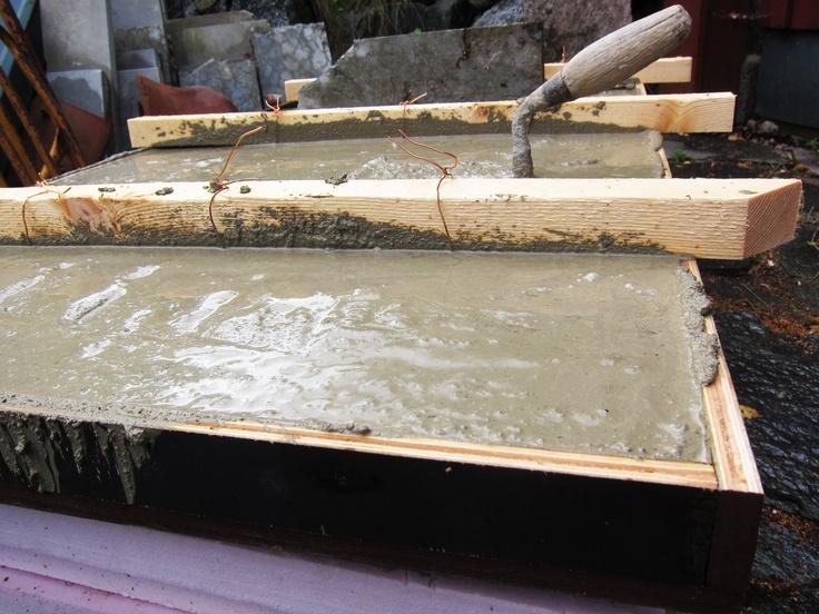 Gjut ditt eget bord! Du behöver: några säckar Finja betong, vatten, armeringsjärn, virke till att bygga en form, en stark kvinna, en smed (beroende på hur du vill göra benen.)    Klicka på bilden för beskrivning.