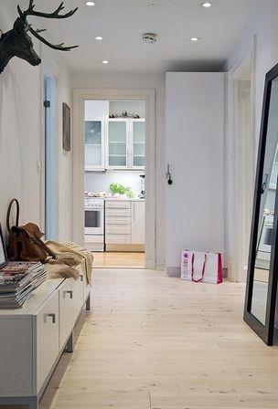Зеркала в коридоре — почти необходимость. Это могут быть настенные зеркальные полотна или напольные: пристенные либо псише. Большие напольные зеркала особенно удобны, если коридор играет роль прихожей. Все любят одеваться перед большим напольным зеркалом.