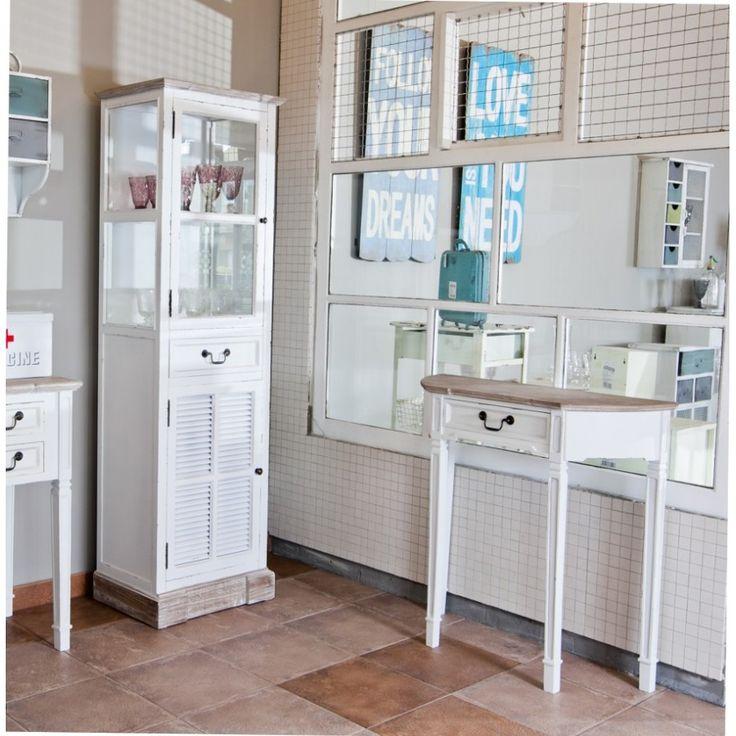 Biała witryna Aluro Palida, elegancki prowansalski mebel, posiadający w górnej części półkę za oszklonymi drzwiczkami dzięki czemu pomoże wyeksponować na przykład ulubioną zastawę. Zaś w dolnej części znajduje się druga półka schowana za białymi dekoracyjnymi drzwiczkami.