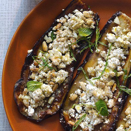 Gegrilde aubergine met feta, uit het kookboek 'Comptoir Libanais' van Tony Kitous & Dan Lepard. Kijk voor de bereidingswijze op okokorecepten.nl.