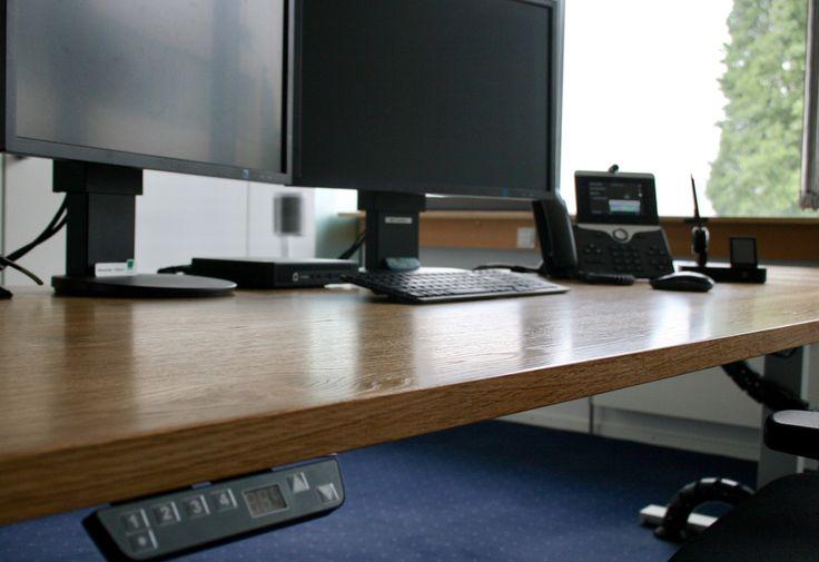 Höhenverstellbarer Schreibtisch by kühnle'waiko #office #furniture #workspace #interior #design #electronic #adjustable #height #table #healthy