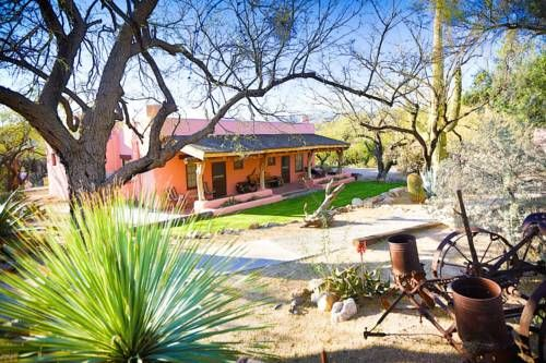 Tanque Verde Guest Ranch Tucson (Arizona) Located 1 mile from Saguaro National Park, this guest lodge offers a western ranch experience with horse riding, hiking and fishing. All rooms include free Wi-Fi. Rooms at the Tanque Verde Guest Ranch feature southwestern-style furnishings.
