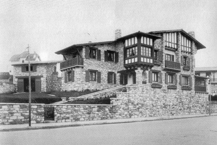 Chalet Smith    El chalet de Corina Blanca Smith se ubicaba en Boulevard Marítimo 3697, entre Rivas y Brown. Fue construido en 1934 por Alula Baldassarini.