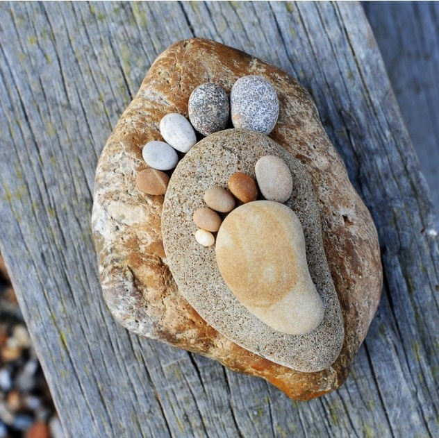 Make footprints out of stones. Fun idea! Great for hekla