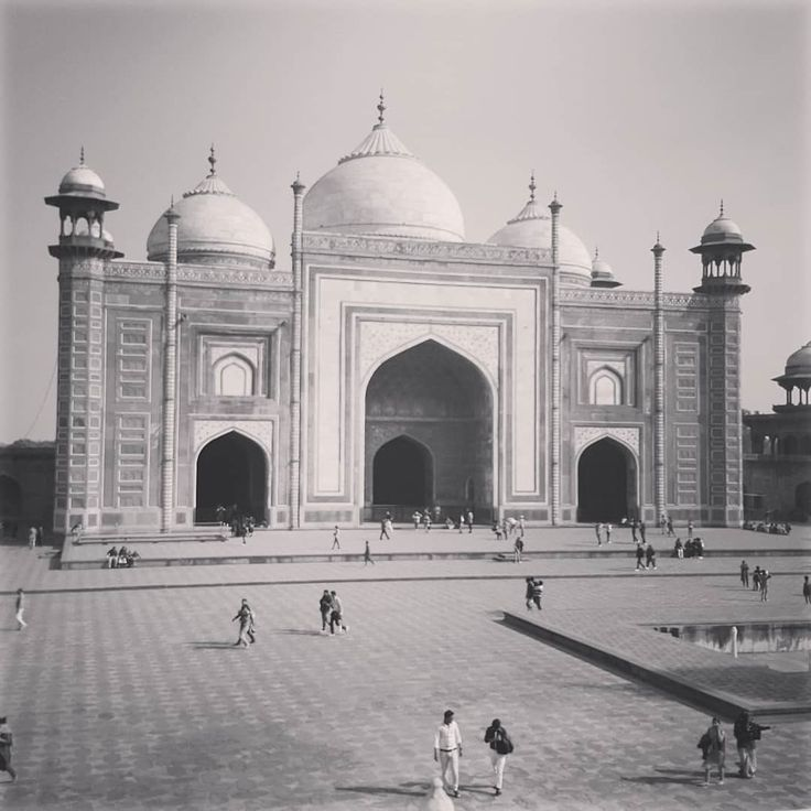 Exploring India with @nomadic_family #digitalnomad #travelpix #mosque #masjid #tajmahal #taj #india #incredibleindia #incredibleindiaofficial #travel #ttot #travelfamily #familytravel #agra #travelpix #traveller #travelphotography