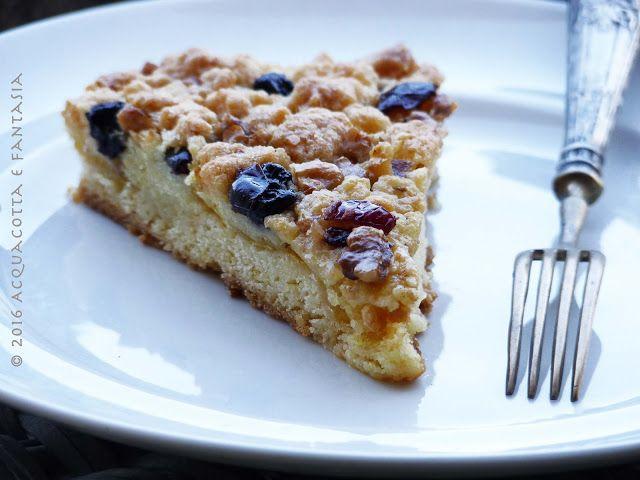 Torta sbriciolata morbida con mele, noci e mirtilli essiccati