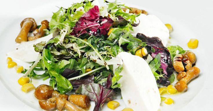 Салат с моцареллой и теплыми опятами