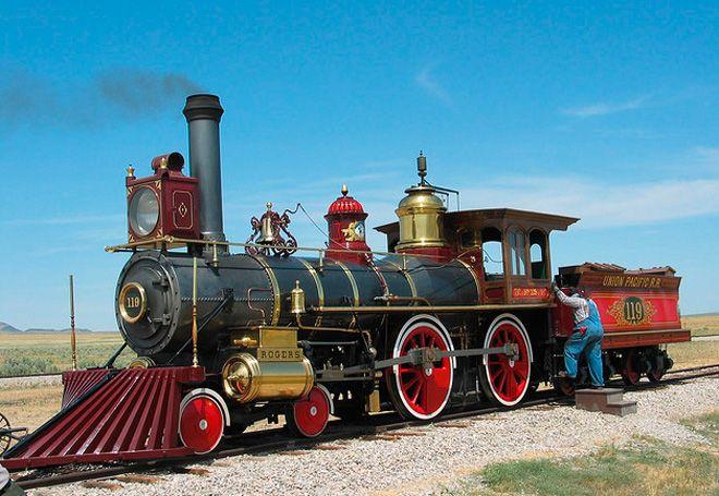 """L""""Union Pacific 119"""" -  Le 10 Mai 1869, Leland Stanford du Central Pacific Railroad utilisa un marteau d'or pour enfoncer un seul clou d'or dans le sol et relier les voies des chemins de fer Central Pacific et Union Pacific à Promontory Summit dans l'Utah. A côté de Stanford il y avait deux trains -- le Jupiter du Central Pacific, et le """"119"""" de l' Union Pacific--."""