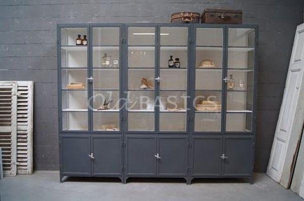 Voor op de wensenlijst.... Enorme ijzeren apothekerskast van 270 cm lang! Prachtige industriële uitstraling. www.old-basics.nl