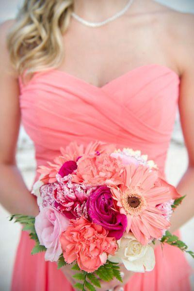 Un colorido ramo de novia para una boda en la playa fotografiado por 1001 Photography en Dreams Palm Beach, Punta Cana.