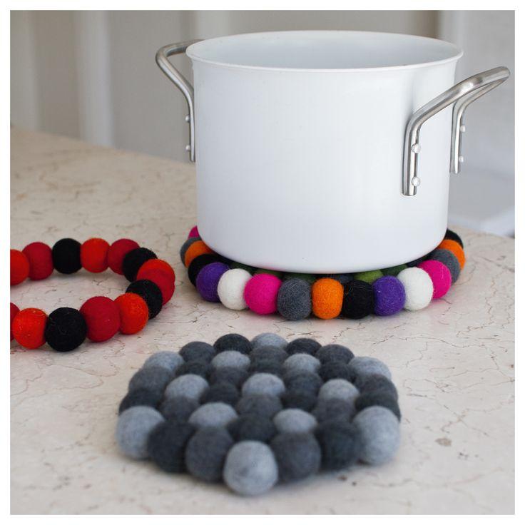 Flot bordskåner af filtkugler, fås i forskellige farvekombinationer. Materiale: Filt