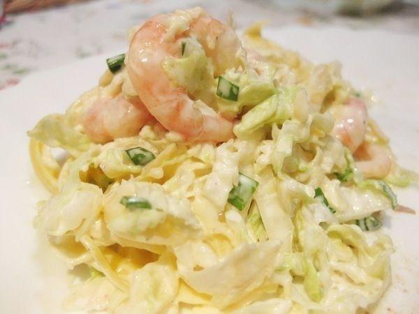 Фото к рецепту: Салат из пекинской капусты с креветками и сыром