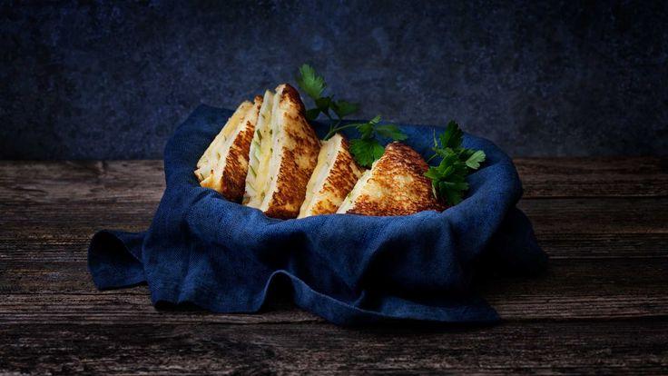 Dette ostesmørbrødet er en variant av arme riddere, bare med litt mer mat i. Egner seg for sultne frokostgjester eller en lett og smakfull lunsj.