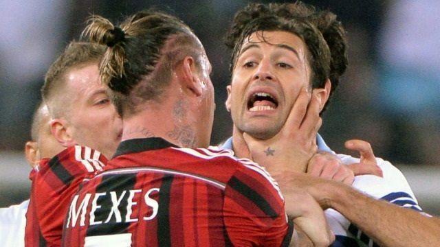Czerwona kartka dla Philippe'a Mexesa za duszenie rywala • Lazio Rzym vs AC Milan • Nieodpowiedzialne zachowanie w Serie A • Zobacz >>