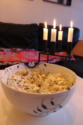 Jeg er simpelthen forelsket i denne her salat - det er min absolutte ynglingssalat. Det var en min kæreste havde fåetpå sit arbejde, og lavede den så til mig - og jeg ELSKER den! :D  Den har ikke rigtig noget navn - så lad os bare kalde den lækker hvidkål/spidskål salat! :)   Det skal....