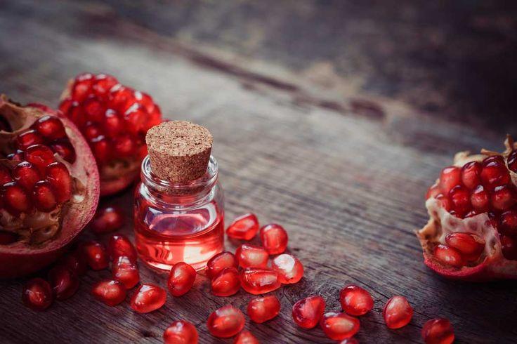 Nar meyvesi tansiyonu düşürür, kalp ile dosttur. Nar çekirdeği yağı da aynı şekilde kalbi korur, sedef hastalığı gibi cilt hastalıklarına iyi gelir. Saçları güçlendirmesi, kepek oluşumunu engellemesi de nar çekirdeği yağının faydaları arasındadır. Ülkemizde de yetiştirilen nar sayesinde, nar çekirdeği yağının faydalarından yararlanmak mümkündür. Nar Çekirdeği Yağının Faydaları Nelerdir?  Kanseri önleyici etkisi vardır: Nar çekirdeği yağının içerdiği antioksidanlar hücrelerdeki hasarı tamir…