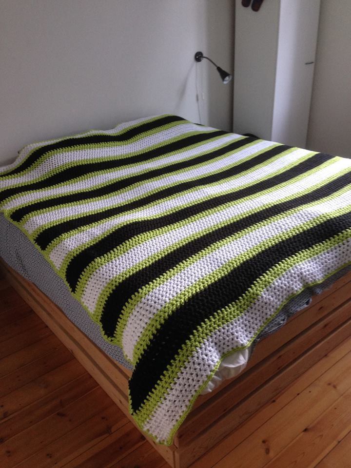 Sengetæppe i næsten 100 ngl bomuldgarn. 202 x 210 cm.