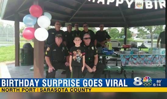 Dieser Junge ist Autist. Er wollte gerne eine Geburtstagsparty feiern, aber es ist keiner gekommen, obwohl alle Einladungen verschickt wurden. Als die Polizisten das sahen, haben sie mit dem Jungen gefeiert. Er sieht sehr glücklich aus, oder? | unfassbar.es