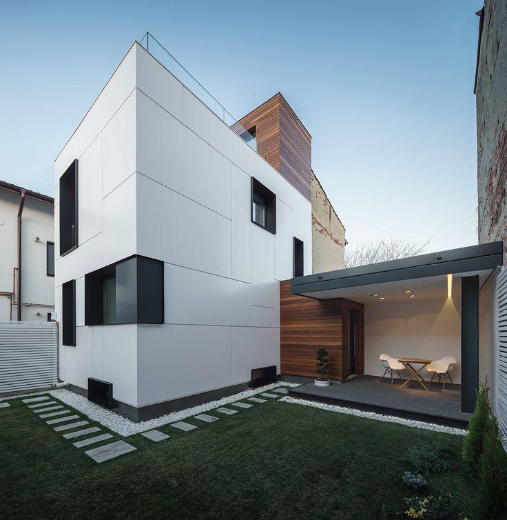 Vă prezentăm mai jos Casa R. – un loc modern şi primitor creat în Bucureşti de echipa Studio 1408 care au reuşit să transforme spectaculos o locuinţă existentă. Volumul principal al casei vechi a fost îmbrăcat în metal alb satinat iar compoziţia simplă, geometrică este evidenţiată printr-o serie de ancadramente negre care ies din planul faţadei.