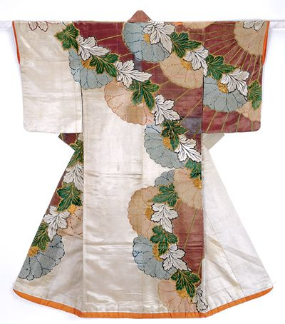 Kosode with design of chrysanthemums in kanoko shibori dyeing and embroidery on white plain-weave silk, Early Edo Period, Japan 着物
