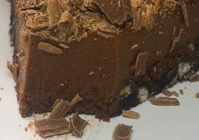 Posypcie ciasto czekoladą, którą możecie zetrzeć na bocznej stronie tarki! Smacz