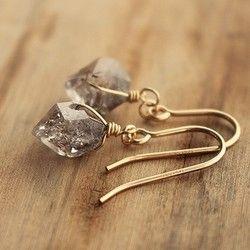 個性的な表情を持つNY産ハーキマーダイアモンドの原石をピアスにしました。表面は透き通っていますが、内側に秘められたインクルージョンが野生的なエネルギーを感じさせます。この石は「ハーキマーダイアモンド」という名前ながら、鉱物学的には「水晶」なのですが、一般的な水晶よりとても強く純粋なエネルギーを持っているため、別名「ドリームクリスタル」とも呼ばれ、夢を叶える力があると言われています。ラフカットのため形状やインクルージョンは一点一点異なり、同じものは二つとありません。石との出会いをお楽しみいただければと思います。自分らしく、人とは違った魅力を手にしたい方におすすめです。石のサイズ : 高さ約10〜12mm×幅7〜10mmフックの素材…