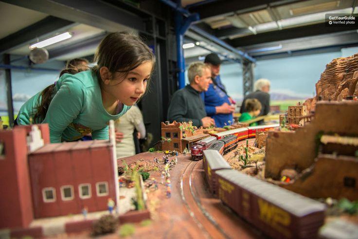 """Bestaunen Sie Modelleisenbahnen und Miniaturgebäude und -landschaften in Hamburgs """"Miniaturwunderland"""" und entdecken Sie die größte Modelleisenbahn der Welt. Bewundern Sie die Arbeit der Modellbauer und Techniker und sehen Sie Landschaften verschmelzen."""