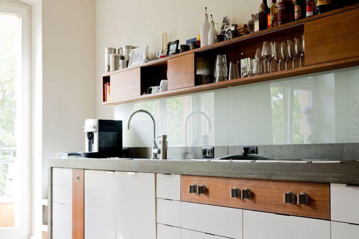 A cozinha possui uma particularidade de Mathias: ele herdou os armários de seu pai e os restaurou, instalando uma placa de concreto