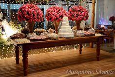 Mesa de doces, rosas e um lindo bolo!