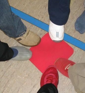 Bewegung im Kindergarten mit Alltagsmaterialien gestalten. Wir benutzen farbige Mousepads im Bewegungsunterricht. Material: verschiedenfarbige Mousepads, 1 Matte, Musik Alter: ab 3 Jahre Vorbereitung: Die Mousepads werden im Raum verteilt. Jedem Teilnehmer steht dabei ein Mousepad in z.B. rot zur Verfügung. Die anderen Farben sind in geringerer Anzahl vorhanden. Die Matte liegt in der Raummitte. Spielidee:…