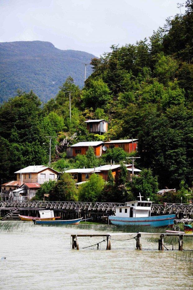 Caleta Tortel, en el extremo austral de Chile: un pueblo que no cuenta con calles tradicionales, sino que con una serie de pasarelas, puentes y escaleras de madera que conectan las distintas edificaciones de la localidad.