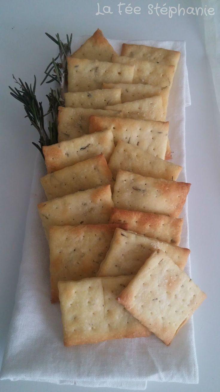 Ces petits crackers au romarin pour l'apéritif ou en cas de petite faim sont un vrai régal, difficile de ne pas les manger l'un après l'autre! Recette végétalienne, vegan, 100% végétale