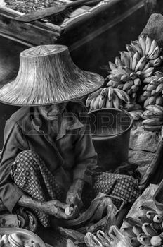 vendor: Vendor cibo al Saduak mercato galleggiante Damnoen preparare il cibo in stile tailandese Thailandia.