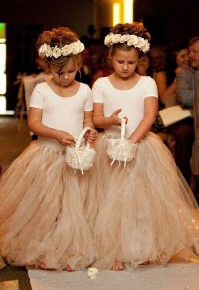 Filles d'honneur avec couronnes de fleurs