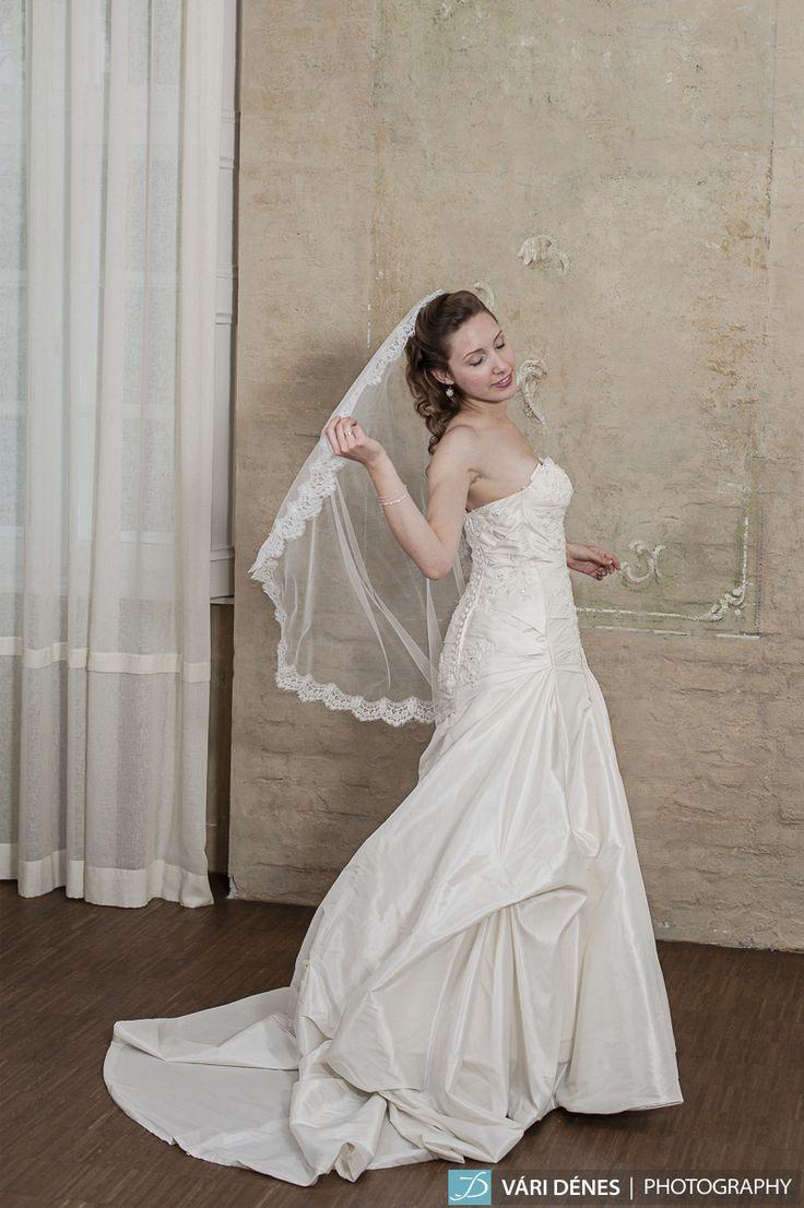 puha tüllből készült mantilla fátyol, francia csipkével díszítve, igazi különlegesség  http://bridalmirage.hu