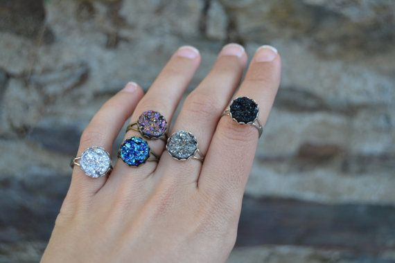 Amazingly beautiful sparkling druzy rings in silver, purple, blue, anthracite gray and black, dainty and romantic. Vintage style. Now MORE COLORS- ab white, moss green, glittery red, crystal royal blue- available, will be uploading photos soon ^_^ Silver or antiqued bronze tones lightweight adjustable rings  SIZE: these rings have adjustable bands, fit most sizes  Cabochon base is about 12 mm, 0.47 inches  Quality sinthetic resin druzy cabochons  You can see the new ring bands in the 4th and…