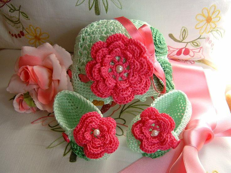 Cappellino e scarpine eseguiti a mano all'uncinetto in cotone verde chiaro con fiori applicati : Moda bebè di i-pizzi-di-anto