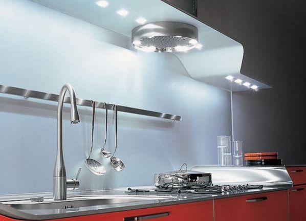Подсветка рабочей зоны на кухне  Монтируются люминесцентные лампы под навесные кухонные шкафчики.